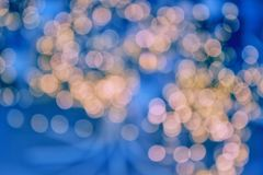 诗歌选光,假日晚上,蓝色背景,发光的温暖的光 软绵绵地集中 免版税库存照片