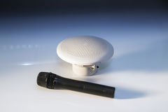 黑话筒和小白色扩音器 免版税库存照片