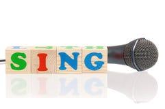 话筒和词唱歌 免版税库存照片