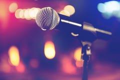 话筒和阶段光 音乐会和音乐概念 免版税库存照片