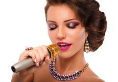 话筒唱歌的妇女 魅力歌手女孩画象 卡拉OK演唱歌曲 免版税库存图片