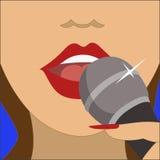话筒唱歌的妇女 免版税库存图片