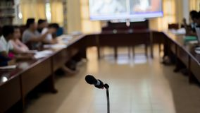 话筒在候选会议地点报告人的中心 库存图片