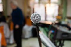 话筒在音乐厅、会议或者阶段里 免版税库存图片