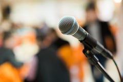 话筒在音乐厅、会议或者阶段里 库存照片