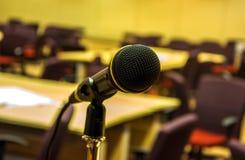 话筒在音乐厅或会议室里 免版税图库摄影