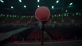 话筒看法从阶段的到在音乐会前的空的观众席 股票录像