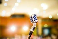 话筒葡萄酒样式在音乐厅或会议和会议室里 免版税图库摄影