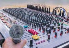 话筒软性被弄脏的和软的焦点有合理的混合的控制台,搅拌器声音控制的  图库摄影