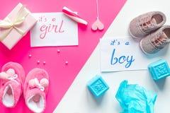 诞生儿童婴儿送礼会概念男孩或女孩顶视图 免版税库存照片