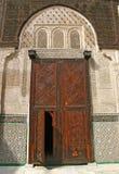 详尽阐述被雕刻的木门对Bou Inania madrasa在菲斯, M 库存照片