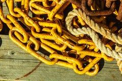 详细的关闭链子堆和绳索 图库摄影