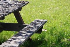 详细资料公园野餐桌视图 免版税库存图片