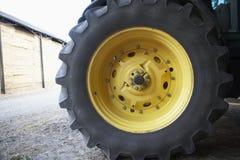 详细资料拖拉机轮胎 免版税库存图片