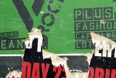 详细资料绿色海报被撕毁的墙壁 免版税库存图片