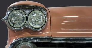 详述一辆老葡萄酒汽车的前面车灯 免版税图库摄影