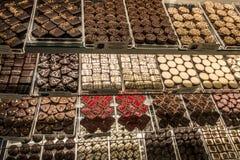 详述为degustation准备的不同的可口巧克力果仁糖看法  库存图片