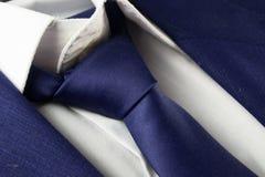 详述企业蓝色衣服看法与领带的 免版税库存照片