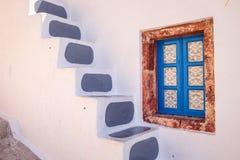 详述传统五颜六色的希腊窗口,圣托里尼看法  免版税库存照片