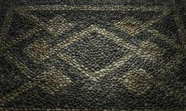 详述关闭了与几何样式的历史的白色黑和棕色pebbled地板从宫殿意大利北部 库存图片