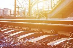 详述多雪的俄国冬天铁路在明亮的阳光下 路轨和睡眠者在12月下下雪 在d的俄国铁路 免版税库存照片
