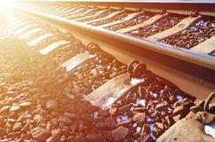 详述多雪的俄国冬天铁路在明亮的阳光下 路轨和睡眠者在12月下下雪 在d的俄国铁路 库存照片