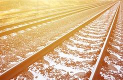详述多雪的俄国冬天铁路在明亮的阳光下 路轨和睡眠者在12月下下雪 在d的俄国铁路 免版税库存图片