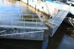 详述明锁-水航海照片-使用的设备 免版税图库摄影