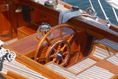详述航行游艇、方向盘、柚木树甲板和指南针的照片 免版税库存照片