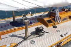 详述航行游艇,柚木树甲板的照片 免版税图库摄影