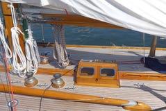 详述航行游艇,柚木树甲板的照片 免版税库存图片
