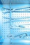 详述steralized手术仪器射击用劫掠工具的手 免版税库存图片