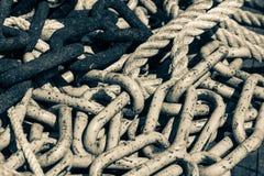详细的关闭链子堆和绳索 免版税库存图片