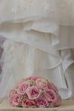 详细的花束的一张色的宏观照片与桃红色玫瑰、白色小花和假金刚石的在玫瑰的中心, t 免版税库存照片