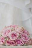 详细的花束的一张色的宏观照片与桃红色玫瑰、白色小花和假金刚石的在玫瑰的中心, t 免版税图库摄影