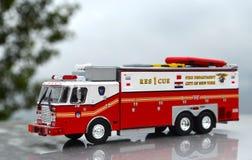 详细的NewYork火和抢救交换孩子的部门红色玩具 库存图片