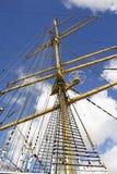 详细老船索具和帆柱  库存照片
