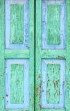 详细资料老视窗 在木快门的削皮油漆绿色和蓝色颜色 免版税库存照片