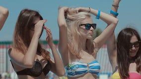 诱人地移动的比基尼泳装的典雅的高女孩 股票录像