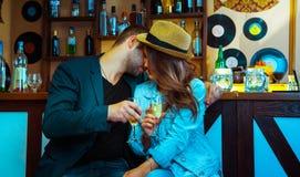 诱惑酒吧的一个人和喝香槟的妇女 免版税库存图片
