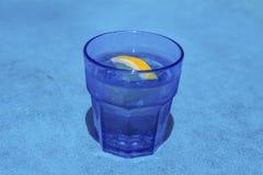 诱捕鸡尾酒用在一块蓝色玻璃的柠檬 库存图片