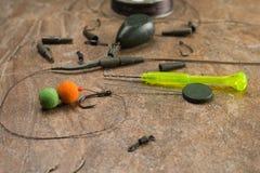 诱饵,勾子,坠子, ledcor为鲤鱼渔做准备 复制浆糊 免版税图库摄影