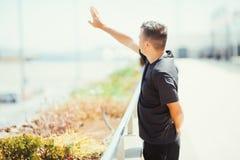 说再见在机场 年轻人旅客摇他的手到离开飞机 夏天职业 库存图片