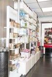 说明社论图象 Skincare和化妆产品在显示搁置商店 免版税库存照片