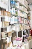 说明社论图象 Skincare和化妆产品在显示搁置商店 免版税库存图片