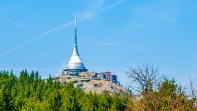 说笑话-独特的建筑大厦 旅馆和电视发射机在Jested山,利贝雷茨,捷克上面  免版税图库摄影