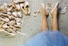说谎与pointe的女性舞蹈家的腿宽松穿上鞋子 免版税库存照片