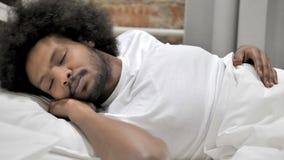 说谎为睡眠的疲乏的非洲人 股票视频