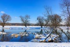 说谎冬天河的表面上的积雪的树干 33c 1月横向俄国温度ural冬天 库存图片