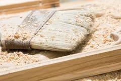 说谎在一个木产品的刷子 免版税库存照片